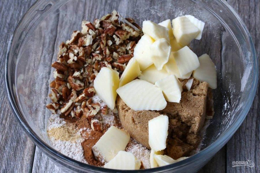 9.В миске смешайте оставшуюся муку с сахаром, оставшимися сухими специями, сливочным маслом и орехами.