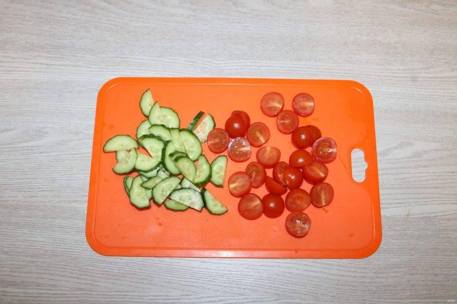 Огурцы нарежьте полукольцами, помидоры черри на половинки.