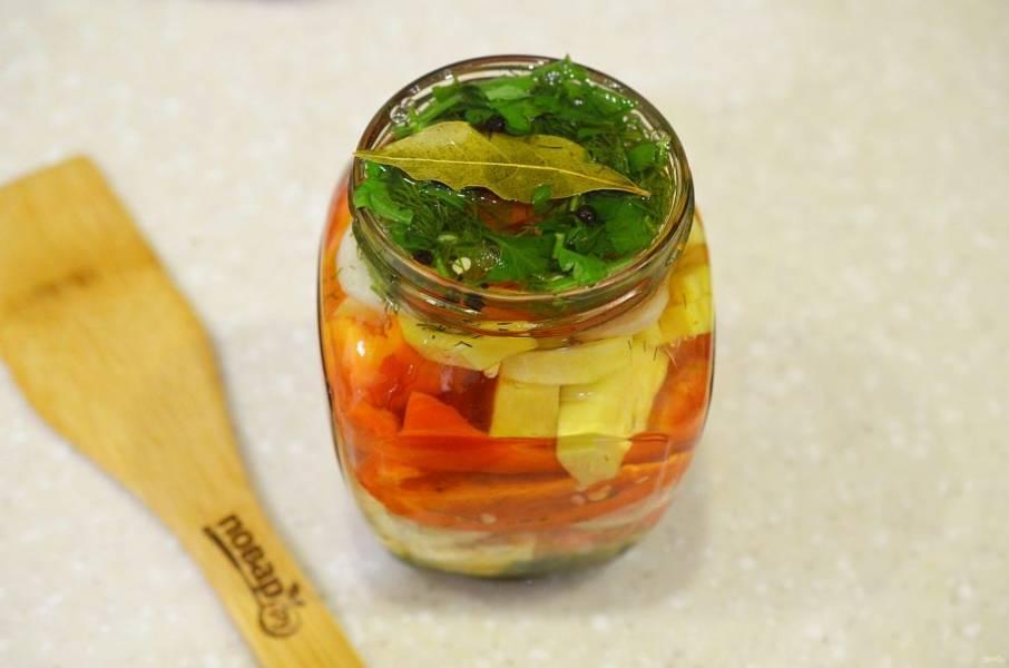 4. Залейте овощи в банках рассолом и закройте крышками.