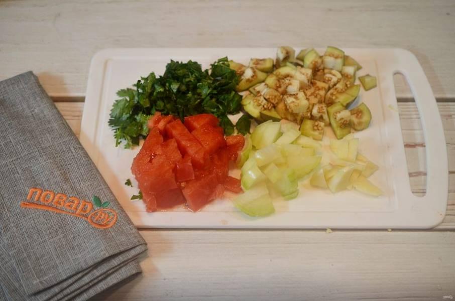 2. Баклажан, помидор, лук, чеснок и зелень мелко нарежьте.