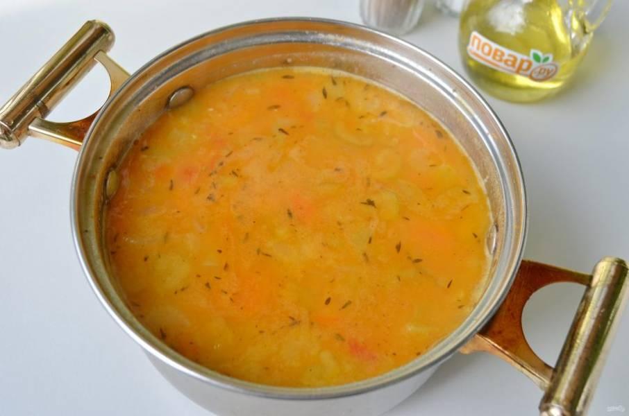 7. Готовый суп снимите с огня, удалите лавровый лист и пюрируйте погружным блендером.