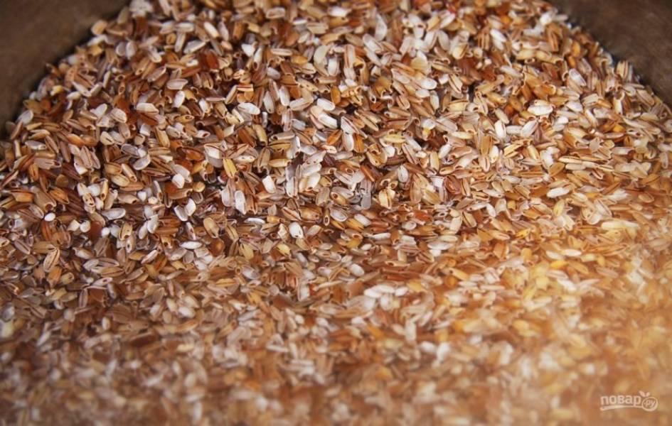Рис промойте несколько раз водой.