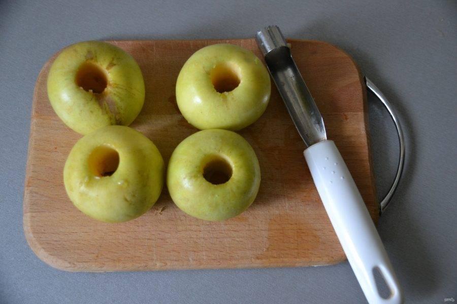 Помойте яблоки, удалите из них сердцевинки.