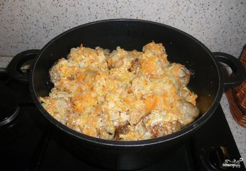 На сковороде с добавлением масла обжариваем оставшийся лук и тертую на крупной терке морковь. Добавляем сметану и вливаем небольшое количество воды, солим, перчим, тушим 5-7 минут на медленном огне. В целом соуса должно получиться столько, чтобы он наполовину прикрывал тефтели в кастрюле. Затем переливаем его к тефтелям и тушим их под закрытой крышкой 20-25 минут. Вот и все! Готовые тефтельки отлично сочетаются с любым гарниром. Приятного вам аппетита!