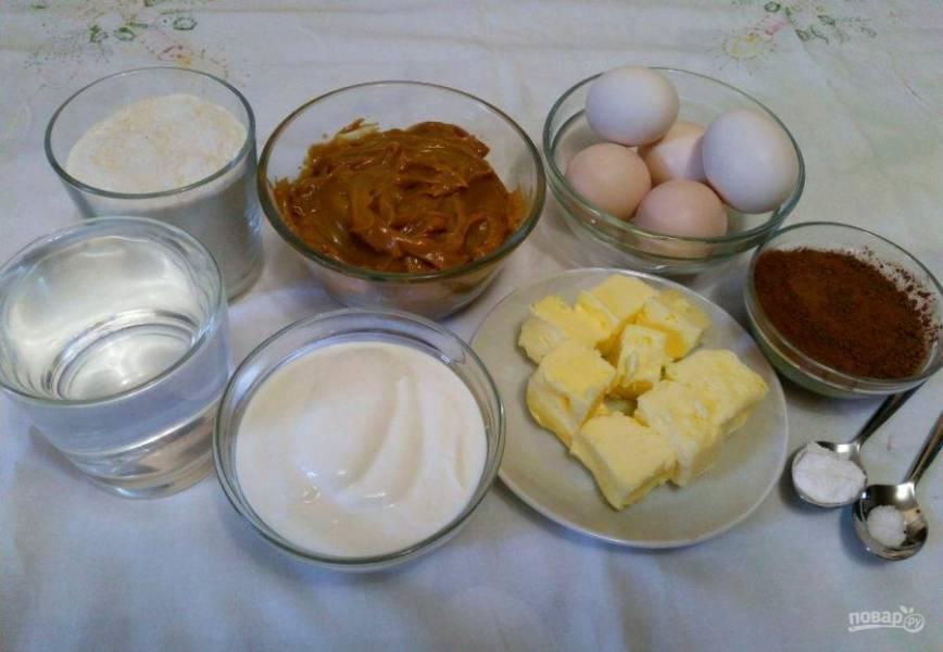 Начните приготовление десерта с подготовки необходимого набора продуктов. Сливочное масло заранее достаньте из холодильника и порежьте на кусочки.