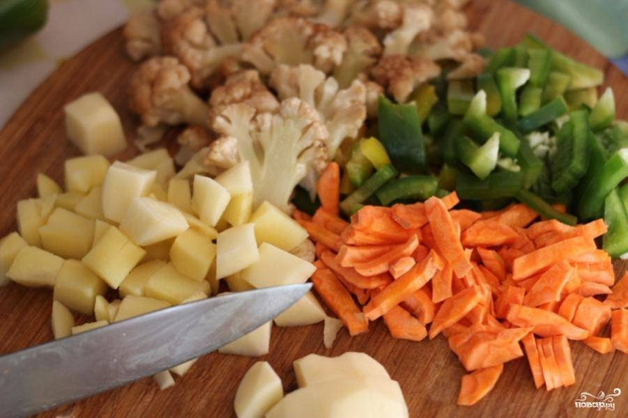 В это время нарежьте овощи мелкими кубиками или как вам больше нравится.
