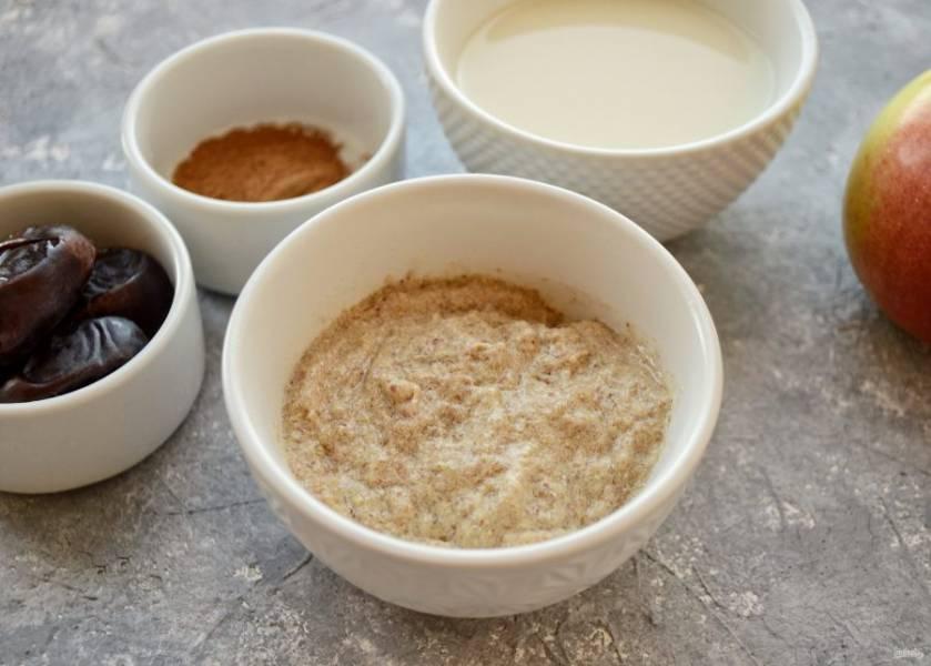 Измельчите в кофемолке льняные семечки. Залейте их тёплой водой, оставьте на пару минут набухать.