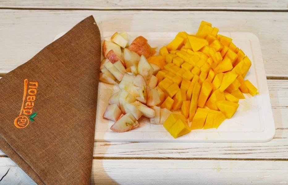1. Тыкву и яблоки нарежьте кубиком.