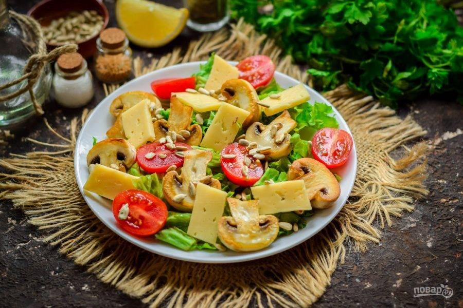 Посыпьте салат семенами подсолнуха, добавьте соль, молотый перец. Сбрызните салат маслом, лимонным соком и подавайте к столу.