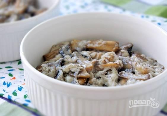 8. Разложите грибы с соусом по жаропрочным формам и присыпьте тертым сыром. Отправьте в разогретую до 180 С духовку и запекайте минут 20 до румяности.