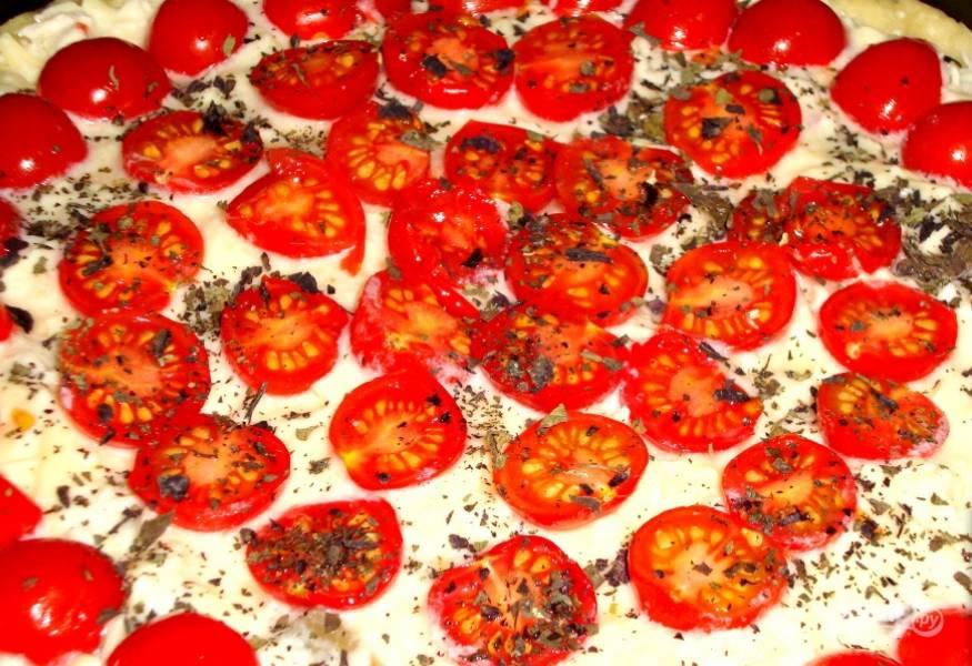 5. Выложите начинку, залейте сырной смесью и украсьте сверху томатами.