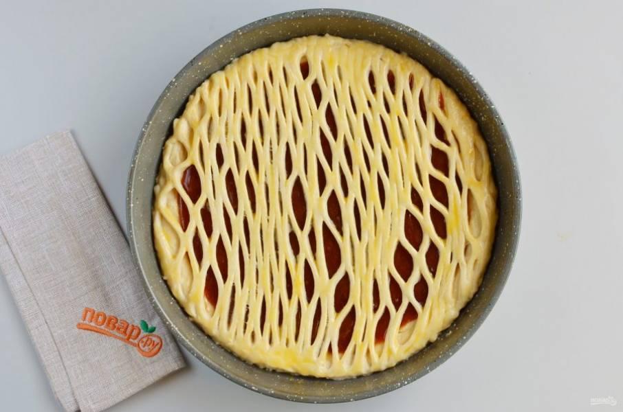 Верх пирога смажьте желтком, белком или молоком, что есть. Отправьте в духовку на 30-35 минут на среднюю полочку.
