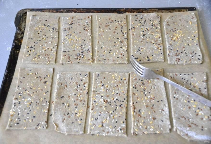 Уложите криспы на лист для выпечки, обрезки теста на выбрасывайте, уложите их на противень на свободное место , вилкой сделайте проколы, чтобы при выпечке криспы сохранили форму. Выпекайте 20-25 минут при температуре 180-200 градусов, готовность проверяем пробуя обрезки, они такие вкусные.