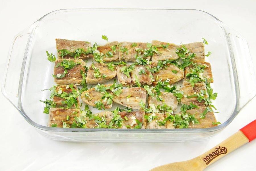 Теперь выкладываем в любую подходящую форму для запекания слоями овощи с фаршем в таком порядке: часть баклажанов и зелени.