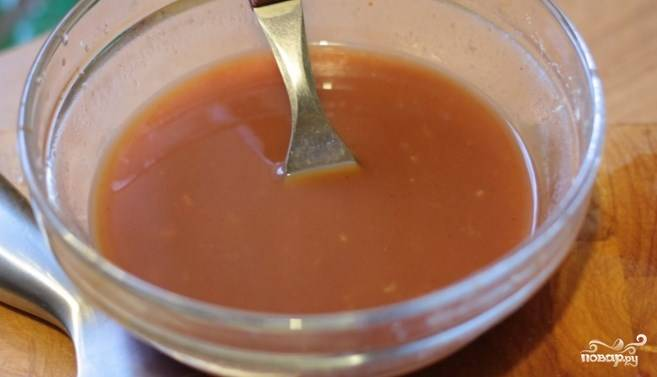 В воде разведите крахмал, добавьте его в соус. Перемешайте.