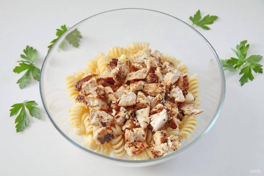 6. Куриное филе обжарьте на небольшом огне с двух сторон до готовности и измельчите ножом. Добавьте к макаронам.