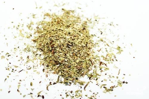 Пока мясо тушится, мы займемся приготовлением соуса к нему. Прованские травы выкладываем в миску и немного их перетираем.