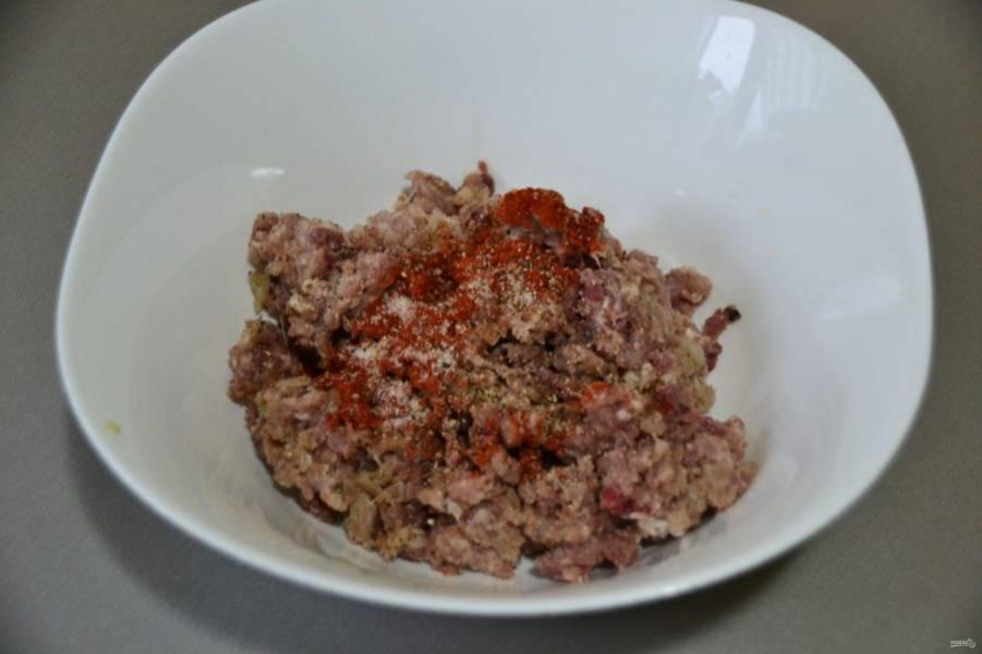 В мясной фарш (приготовленный с луком), добавьте соль, перец, паприку, 0,5 ч.л. соды.