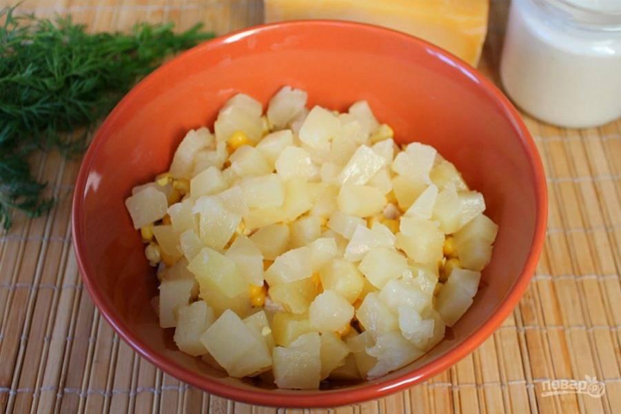 Добавляем нарезанные небольшими кусочками консервированные ананасы.