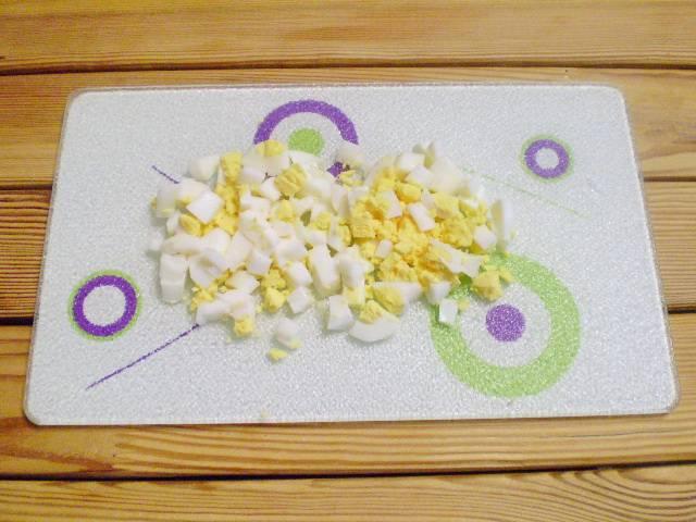 3. Яйцо нарезаем кубиками.