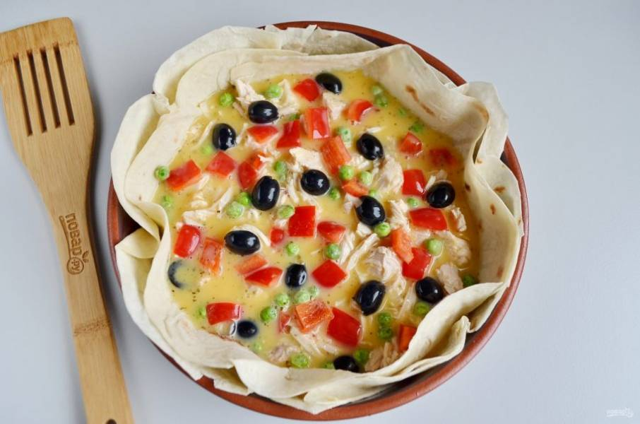 Яйца венчиком соедините с молоком и солью, положите любимые специи, я добавила щепотку прованских трав. Залейте омлетной массой пирог.