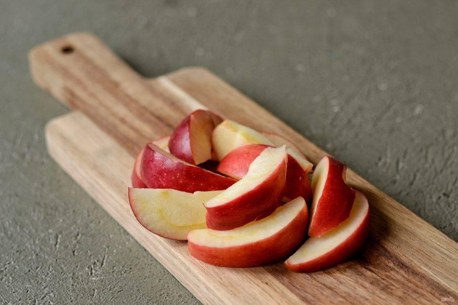 Яблоко помойте, удалите сердцевину и нарежьте на ломтики.