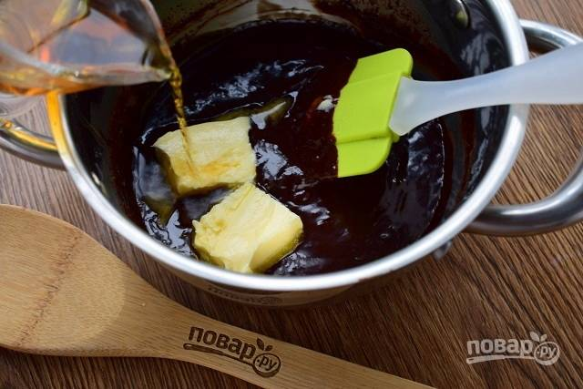 Добавьте сливочное масло и для аромата влейте коньяк. Если готовите для детей, то коньяк не добавляйте.