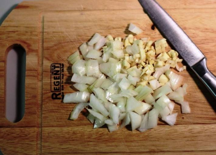 Измельчите лук и чеснок.