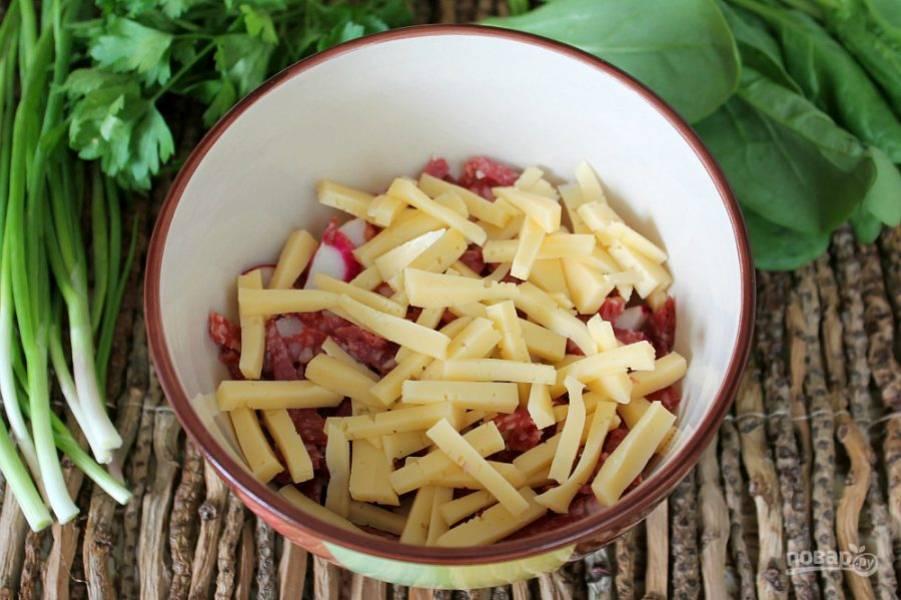 Далее, кладем в салат сыр.