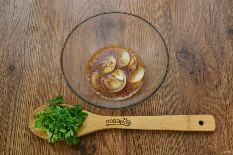 Соедините все ингредиенты для заправки в миске. Лук-шалот нарежьте тонкими кольцами и опустите в заправку.