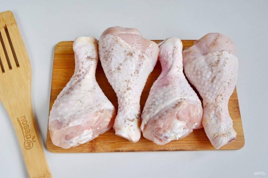 Куриные голени посолите, поперчите.