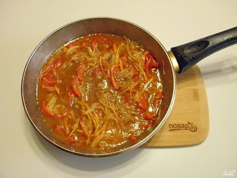 8. К готовым овощам добавьте соус.