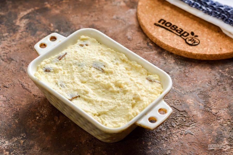 Форму для духовки смажьте маслом и выложите всю массу. Запекайте при 180 градусах 30-35 минут. После подавайте запеканку к столу.