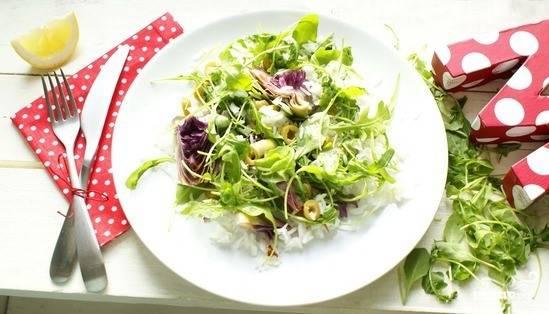 Смешайте все подготовленные ингредиенты в тарелке, добавьте специи, полейте сверху оливковым маслом или тем, что осталось от вяленых томатов. Подавайте блюдо к столу.