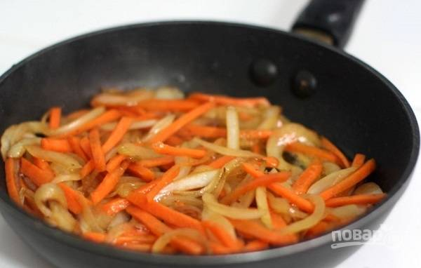 3. На сковороду добавьте еще немного масла и выложите лук с морковью. На среднем огне жарьте минут 5. Добавьте грибы и продолжайте обжаривать еще 7-10 минут.