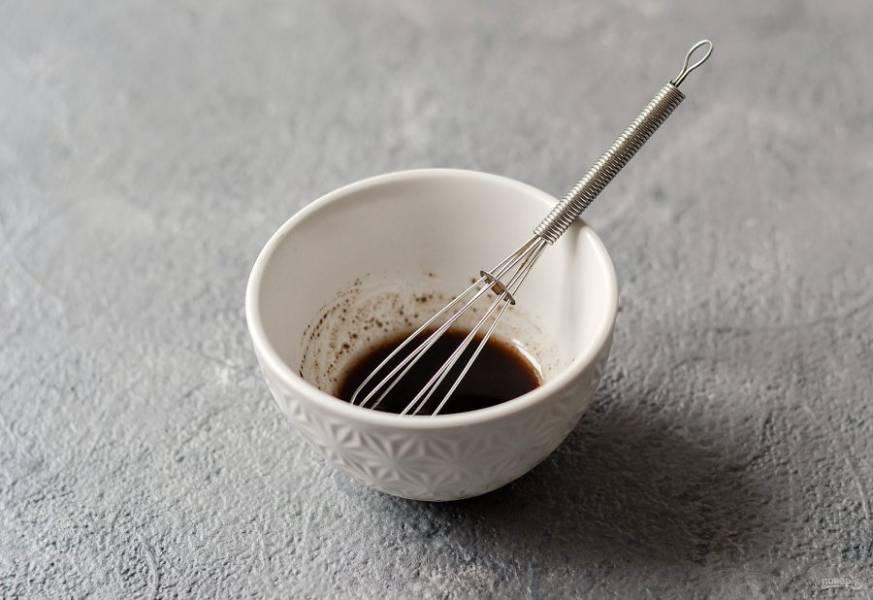 Для заправки смешайте бальзамический соус, оливковое масло, соль и перец.