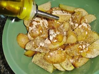 В миске перемешать картофель, специи и масло. Дать постоять немного.