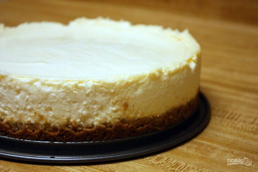 Готовому творожному тортику дайте остыть и после этого отправляйте на 3-4 часа в холодильник.