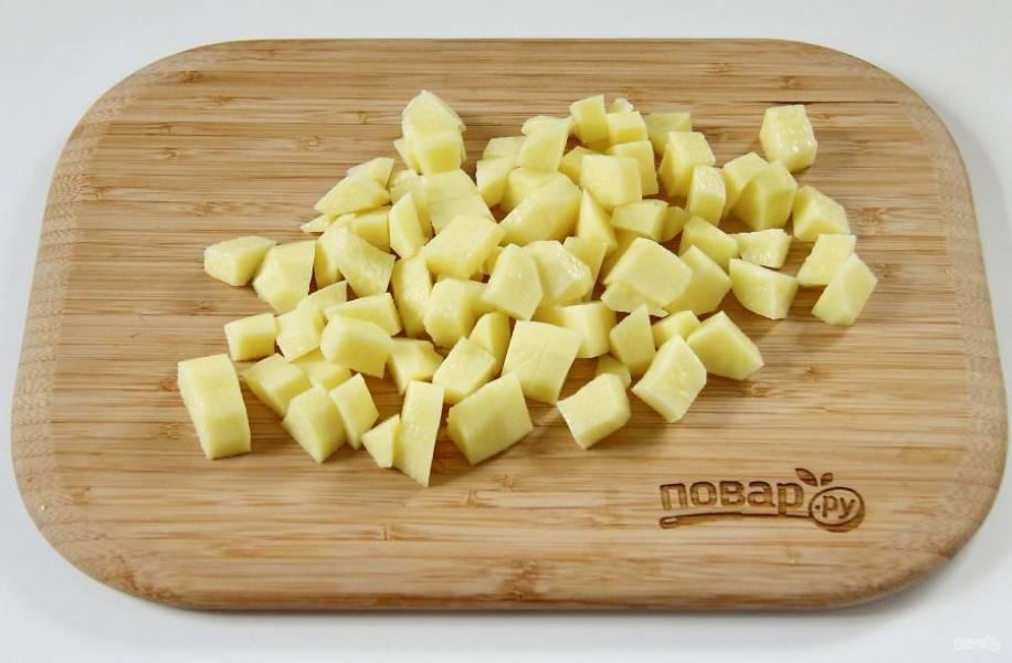 2. Картофель нарежьте небольшими кубиками.