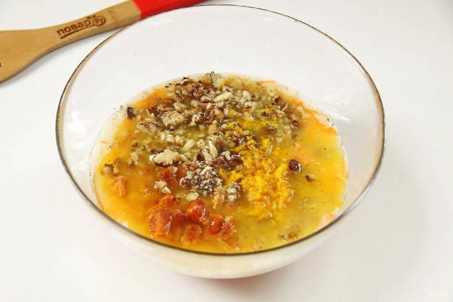 Добавьте сюда же измельченные орехи, промытый и обсушенный изюм, нарезанную курагу, цедру и сок одного апельсина.