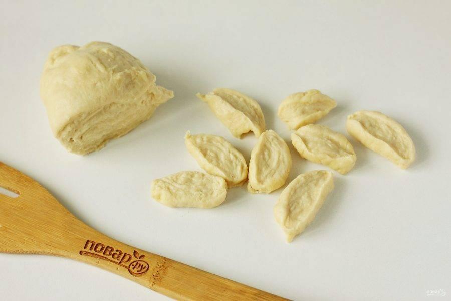 Дайте тесту полежать примерно 20 минут, а затем отрежьте от него кусок и раскатайте колбаской. Нарежьте колбаску на небольшие кусочки.