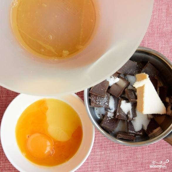 Желтки отделяем от белков. В кастрюльку кладем поломанный на кусочки шоколад, сливочное масло и сахар.