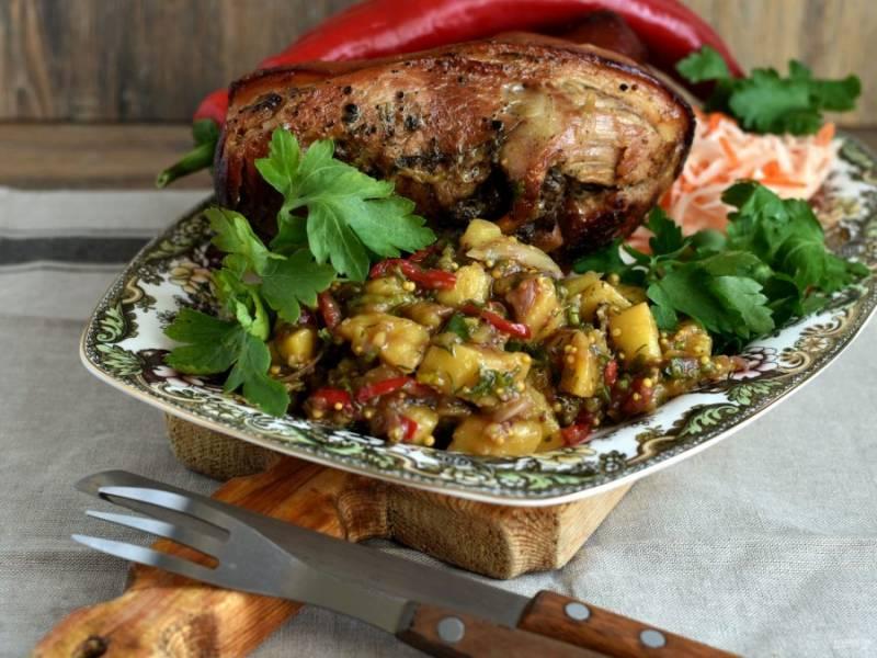 Салат замечательно подходит в качестве гарнира к запеченной рульке или жирной птице.