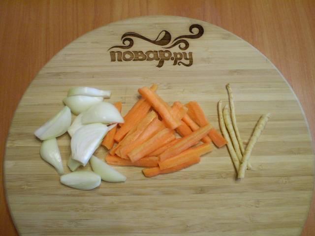 2. Очищаем и нарезаем овощи крупно.
