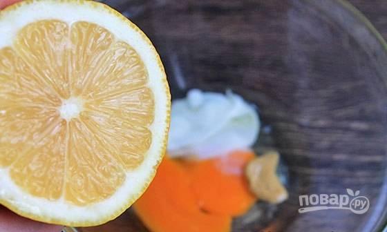 Добавьте сок лимона и горчицу. Аккуратно взбейте массу блендером.
