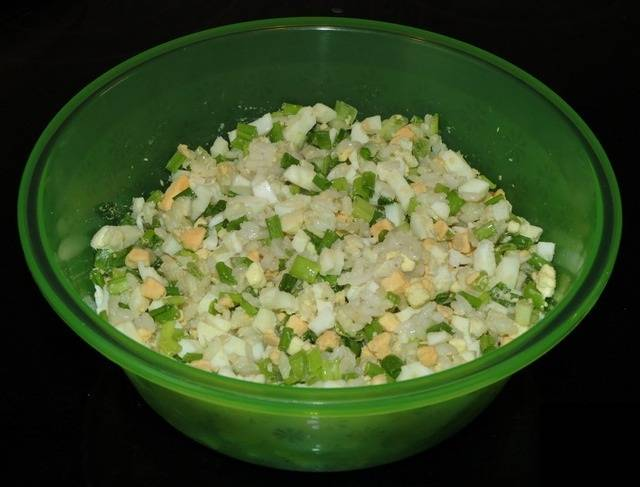 4. В начинке не хватает последнего ингредиента - растопленного сливочного масла. Затем все тщательно перемешать. Можно посолить или поперчить по вкусу.