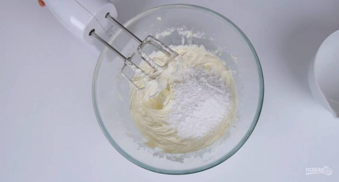 4. Оставьте коржи в форме на 10 минут, затем извлеките и полностью остудите на решетке. Разрежьте коржи надвое, аккуратно перенесите верхнюю часть. Мягкое сливочное масло взбейте в течение 5-7 минут. Добавьте ванилин и сахарную пудру в два приема.