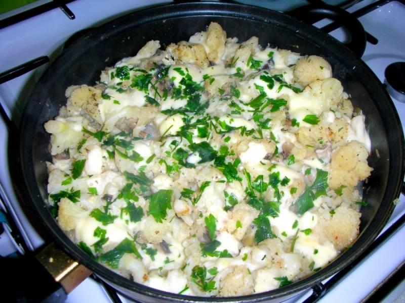 4. Чтобы овощи хорошо приготовились. в середине жарки накройте сковороду крышкой и дайте овощам немного пропариться. В конце добавьте плавленный сыр (натертый на средней терке) и зелень.