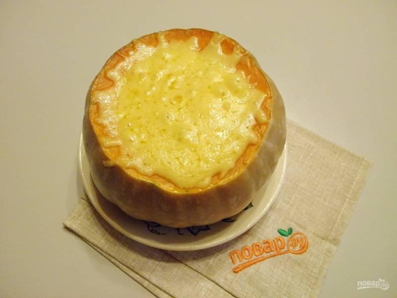 В конце запекания снимите крышечку и посыпьте щедро сыром. Доведите сыр до расплавления и подавайте тыкву горячей!
