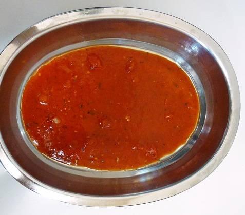 6. На дно жаропрочной формы выложить половину томатного соуса (если он без специй, тогда посолить, поперчить по вкусу и добавить сушеные травы).